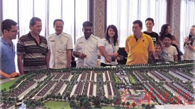 公众参观Eco Meadows展示厅,并聆听Dato' S. Rajoo(左4)、邱德忠(左3)、销售与市场主管Pui Kim Siew(左5)和销售与市场经理李翊华(右1)介绍。