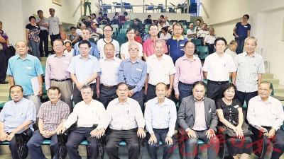 叶新田(右5起)及邹寿汉在会议后宣布新董事成员。
