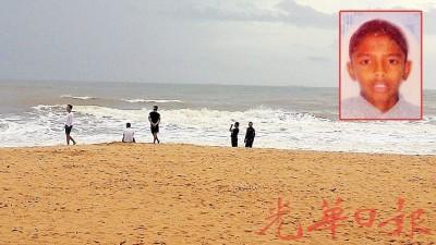 2名失踪少年的友人在海边等待搜救结果。小图为其中一名失踪少年哈里瓦兰。