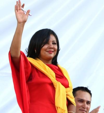 莫塔在宣誓就任市长仪式期间,向民众挥手。