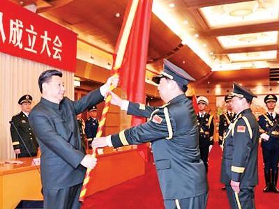 习近平向三新军事部门司令授旗。