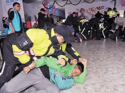 示威者当日闯入朱立伦总部,其中一人被警员制服在地。