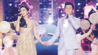 范冰冰与李晨在浙江卫视跨年晚会深情对唱。