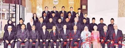 林冠英(前排左6)与新任市议员合影;前排左起为罗扎里、阿菲夫、阿都玛力、曹观友、拉昔、拉玛沙米、麦慕娜、章瑛、罗兴强及彭文宝。