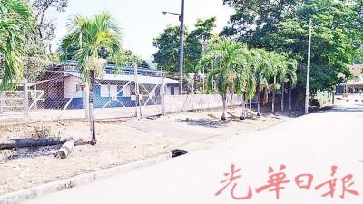 武拉必唯一一所警察局荒废30年,如今只沦为杂草丛生的废置建筑物。