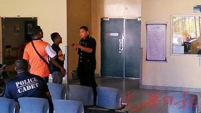 检察警官在苏丹阿都哈林医院等解剖报告。