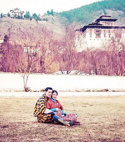 不丹五世国王旺楚克(左)同皇后佩玛(右)拿迎来第一支。(资料图片)