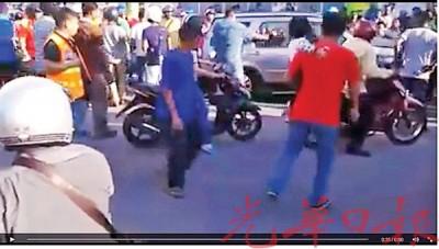 印裔男子脚踢车门,并以头盔砸破驾驶座及后座车镜。