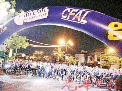 965名参与活动的脚车爱好者聚集柔府汽车城,准备出发。