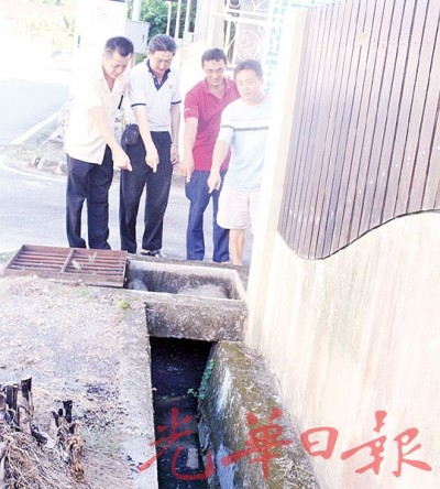 邱清龙(左起)、詹锡民、罗运旺和邱永亮指着已阻塞的垃圾,促清洁工友尽快清除。