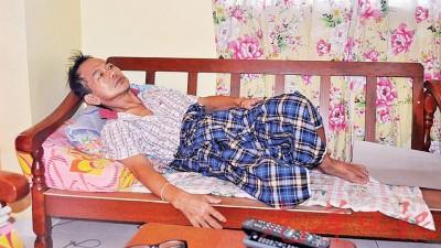 患上鼠尿病后,林良海只能长时间侧躺在沙发上。