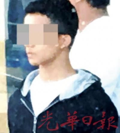 少年被带离警局时神情淡定。