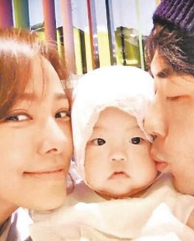 韩国男星权相佑(右起)的女儿Riho周日欢度1岁生日。