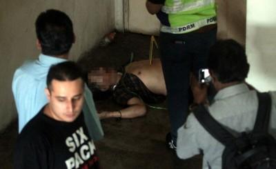 死者遗体被发现在逃生楼梯口地处。