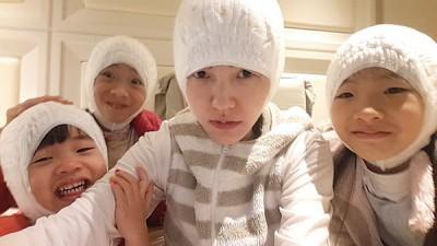 小S与3个女儿爱搞怪。