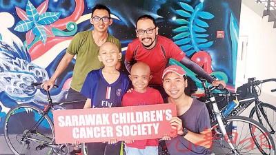 池壅铨(左起)、王威伦和范瑞扬在开始行程前,与2名患癌小朋友合照。