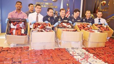 颜明江在部门警官陪同下召开记者会,向媒体陈述破案过程。