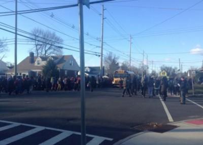 位于博根县的涉事学校立即疏散所有学生。