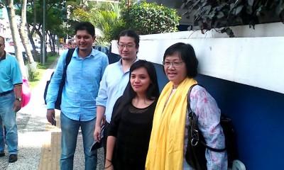 玛丽亚陈(右)跟3称代表,星期三入警局前,受媒体拍照。