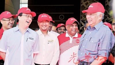 首相纳吉(右)与慕克里(左2)趁欢迎中国广州游客到浮罗交怡前与廖中莱(左起)及东尼费南德斯有说有笑,似乎没有为大臣逼宫事件有所影响。
