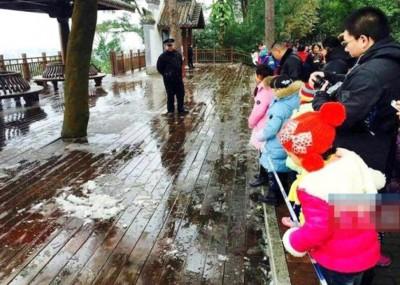 南宁公安局以维护雪景,还派出多名警察拉起警戒线,于公众在警戒线外赏雪,谨防他们尽快雪。