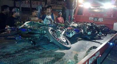 破坏的肇祸摩托车被载向警局停放。(网络照片)