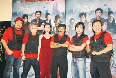 导演蔡业翰(右2)带着5位主要演员亮相《特别行动组》记者会。右起为朱宥六、Uncle Frankie、李佳婕、KK和袁顺成。