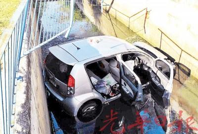 迈威轿车失控冲进河里。