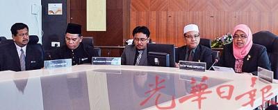 (右2起)麦慕娜、罗查理及众市议员在月常会议后召开记者会。