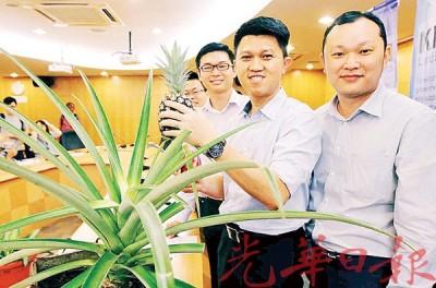 张盛闻(蒙)引进青农集团「土地银行计划」。左为胡开豪,右为林佳助。