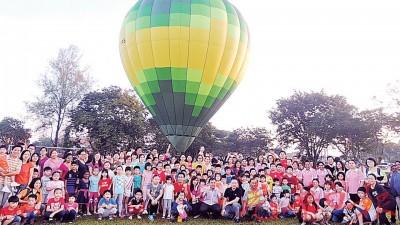 大众在孙意志安排下,跟热气球合照。