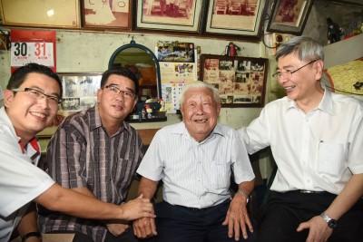 马袖强(右1)为甘庭辉捎来身分证获批的消息,刘开强及刘博文一同分享喜悦。