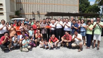 民政党向甘庭辉四代人拜个早年。站者右5起是刘博文、马袖强、甘庭辉、刘开强。
