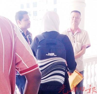 染控者莫连发(译音)以闻讯后,望关税局主控官与领导了解案件详情。