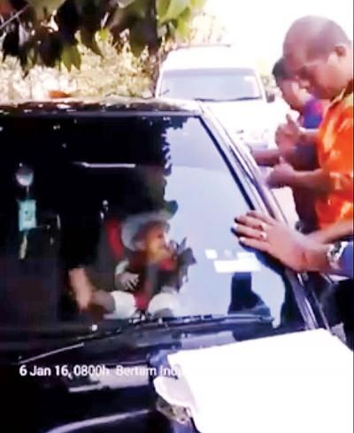 消拯员前来协助将反锁的小婴孩救出车外。