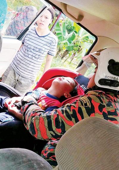 消拯员设法将反锁在车内的婴孩救出。