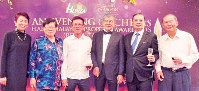 本报副总经理准拿督梁宗宝(左二)亦到场祝贺,并与该集团创办人拿督斯里许廷忠(右三)、执行董事陈秀芬(左一)、及董事Dato Zubir Bin Haji Ali(右一)相见甚欢。