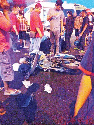 安顺曾吉容路周三晚发生摩托车与轿车碰撞车祸,摩托车骑士重伤送院不治。