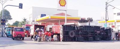 载满邮件和货物的巨型罗里倾倒在珠宝一油站旁九洞路。