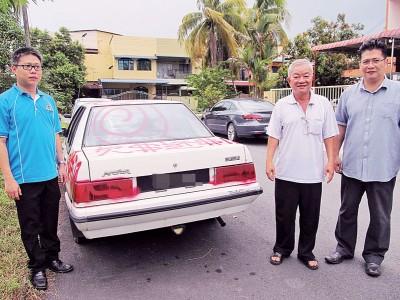 潘添财不满车被喷追债字眼,向苏家斌(右)投诉,左为郭文辉市议员。