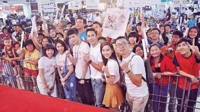 美嘉广场举行《扮熟少女》影迷见面会,与影迷亲密接触。