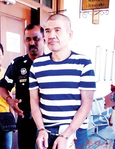 首被告陈宝辉(译音)闻讯后被庭警押出法庭,从容面对媒体镜头。