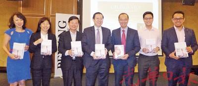 首长联同曹观友等与杨荣文(右3)合影。