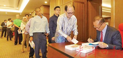万众购书后排队等杨荣文于挥洒上签署。