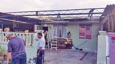 公主城遭强风侵袭,5间住户的屋顶被刮走。