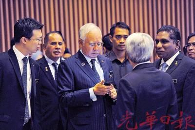 纳吉周五出席财政部集会时,还以右手握着手机浏览讯息,不见异样。