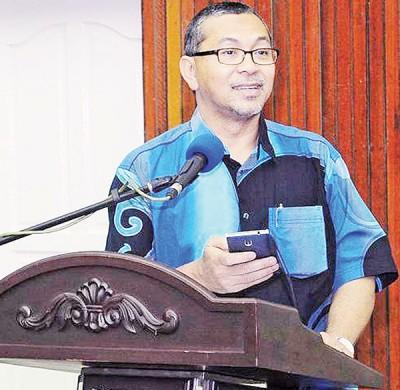 阿兹兰边致词边手拿着手机,向现场来宾读出有关反对党在网络上争宠的文章。