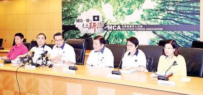 廖中莱(左3)主办中委会会议后,开记者会上讲话。左起是李志亮、魏家祥、黄家泉、周美芬与王赛之。