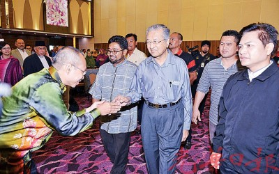 """尽管身体抱恙,马哈迪(中)仍现身聆听""""反对签署泛太平洋伙伴关系协议论坛""""。左为阿都华希奥玛。"""