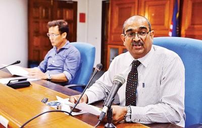 槟岛市政厅工程局副主任拉贞德兰在建筑部主任尤端祥陪同下,召开记者会。
